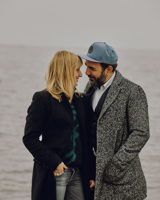 Franziska and Adnan Maral stand at the Ammersee and look each other in love in the eyes