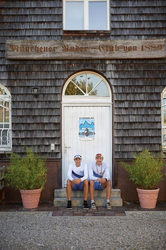 The rowers Tom Tewes (right) and Kaspar Virnekäs (left) sitting in front of a wooden house